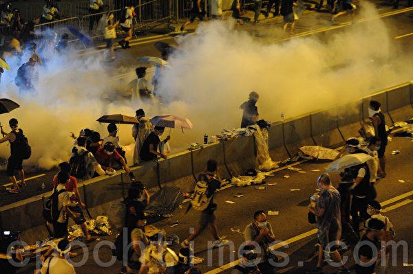 9月28日,香港警方动用胡椒喷雾和催泪弹驱散市民。(大纪元资料图片)
