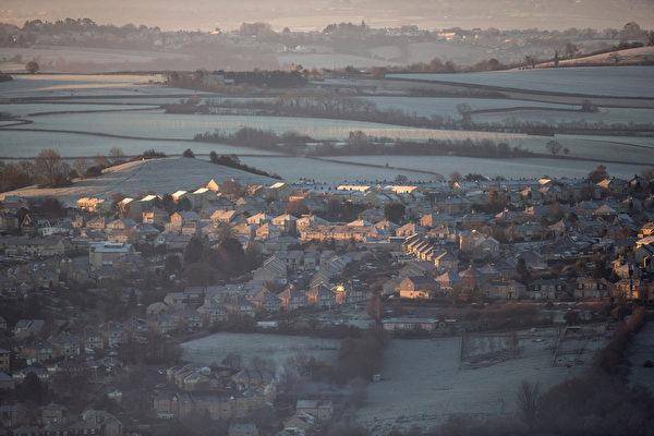 2014年12月29日,英国巴斯附近的山谷,冬天的朝阳照亮房子。(Matt Cardy/Getty Image)
