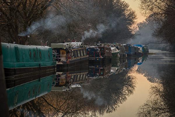 2014年12月29日,英国巴斯,巴斯汉顿河停泊的船只。(Matt Cardy/Getty Image)