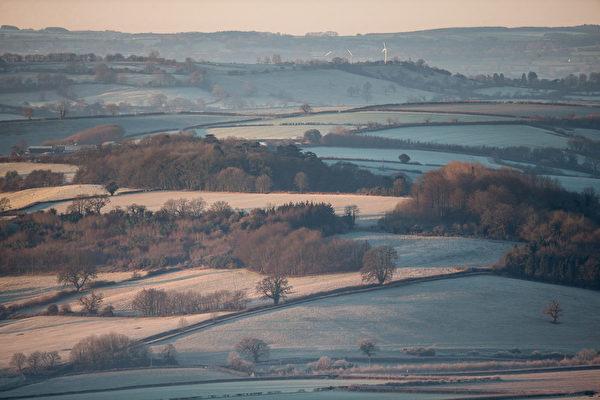2014年12月29日,英国巴斯附近的山谷,冬天日出美景。(Matt Cardy/Getty Image)