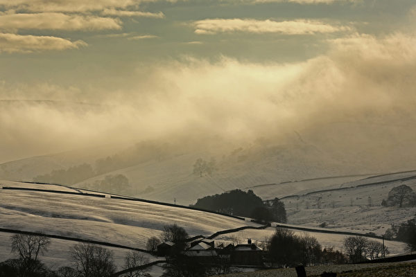 2014年12月29日,英国麦克尔斯菲尔德附近,冬天日出美景。(Christopher Furlong/Getty Images)