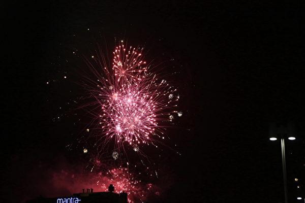 2014年12月31日,墨尔本人在烟火中迎接2015年的到来。(李明洋/大纪元)