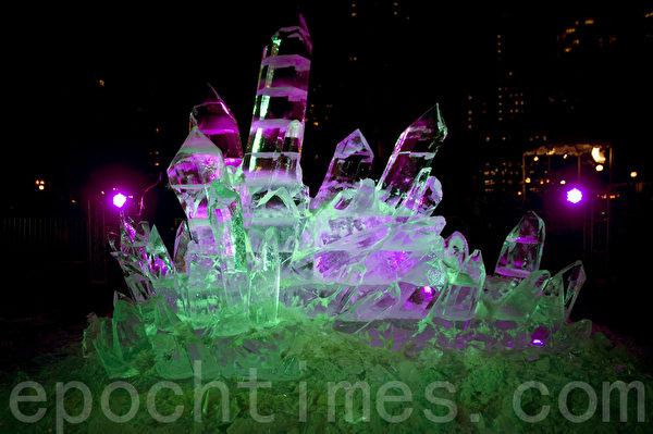 2015波士頓第一夜,在科普利廣場展示壯觀的「冰水晶」冰雕。(攝影:徐明/大紀元)