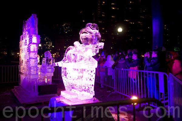 2015在波士頓第一夜,在波士頓公園的蛙池旁展示「冰上的孩子」冰雕。(攝影:徐明/大紀元)