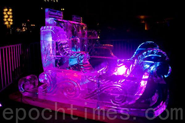2015波士頓第一夜,在芬紐爾大廳堂旁展示「冰雕雪橇車」,歡迎試坐。(攝影:徐明/大紀元)