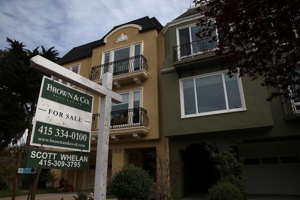 联邦数据显示,加州生活的高成本正在将中低收入工人赶出加州。专家说,加州日益增长的不可负担的住房市场是这一趋势的主要推手。图为2014年2月18日加州待售的房屋。 (Justin Sullivan/Getty Images)