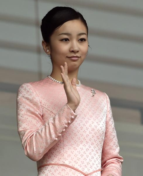 2015年1月2日,日本東京,日皇明仁今天率領皇室成員,在皇宮陽台上舉行新年一般參賀。圖為佳子公主向前往參拜民眾揮手致意。(TOSHIFUMI KITAMURA/AFP/Getty Images)