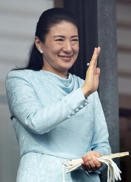 2015年1月2日,日本東京,日皇明仁今天率領皇室成員,在皇宮陽台上舉行新年一般參賀。圖為太子妃雅子向前往參拜民眾揮手致意。(TOSHIFUMI KITAMURA/AFP/Getty Images)