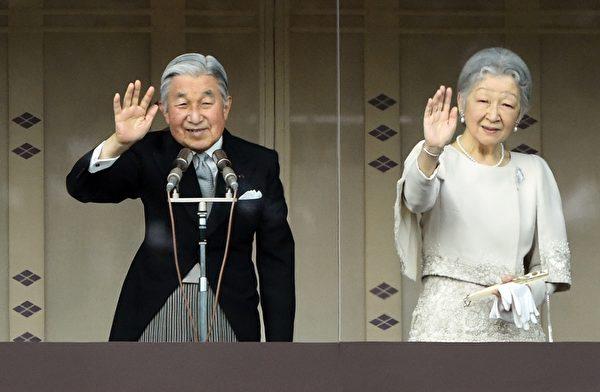 2015年1月2日,日本東京,日皇明仁今天率領皇室成員,在皇宮陽台上舉行新年一般參賀。圖為明仁天皇和皇后美智子向前往參拜民眾揮手致意。(TOSHIFUMI KITAMURA/AFP/Getty Images)
