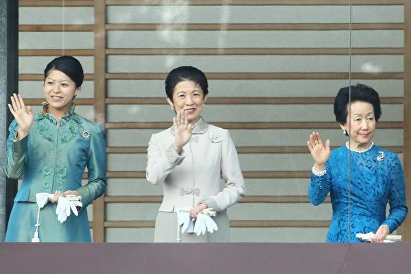 2015年1月2日,日本東京,日皇明仁今天率領皇室成員,在皇宮陽台上舉行新年一般參賀。圖為皇室其他成員。(Ken Ishii/Getty Images)