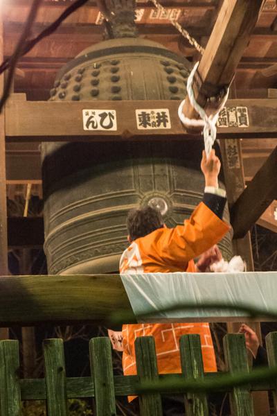 """日本的新年充满了传统气氛。12月31日除夕夜0时开始,日本全国各处的大小寺庙都会响起108下钟声,称为""""除夕钟声""""。(卢勇/大纪元)"""