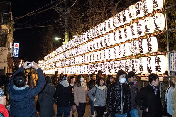 日本的新年充满了传统气氛。12月31日除夕夜开始,人们都会去参拜神社、寺庙,祈求一年平安无事。(卢勇/大纪元)