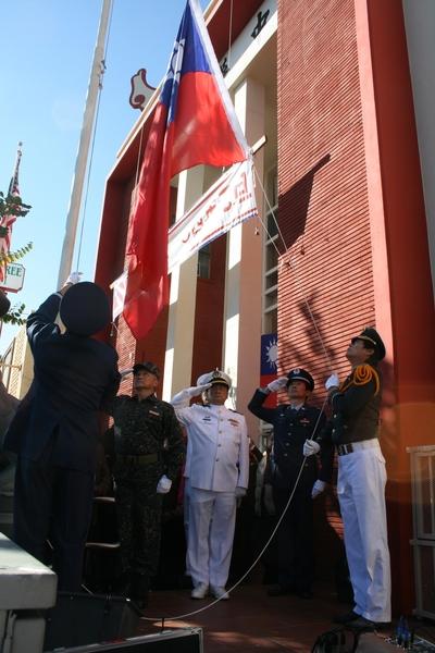 1月1日风和日丽,庆祝中华民国104年元旦, 罗省中华会馆前中华民国青天白日满地红的国旗在新年初始再次飘扬。(袁玫/大纪元)