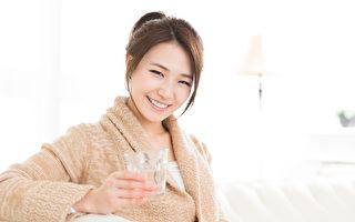 一杯白开水可以治疗数种常见疾病,如心脏病、色斑、感冒和胃痛等等。(fotolia)