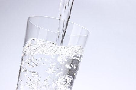 生活中体质不好的人,或有这些小毛病的人不妨经常喝杯白开水。(fotolia)