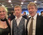 音乐家卡尔‧瑞兹尼克(Karl Reznick,右一)先生偕妻儿观赏了1月3日下午在渥太华国家艺术中心的神韵演出,他表示非常喜欢神韵演奏的传统乐器,与舞蹈的配合非常完美。(梁耀/大纪元)
