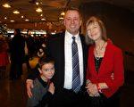 加拿大联邦政府审计官Métayer先生偕母亲、太太和三个小孩观赏了1月3日下午的神韵晚会。他表示,神韵演出独一无二,给他们带来诸多惊喜。 (滕冬育/大纪元)