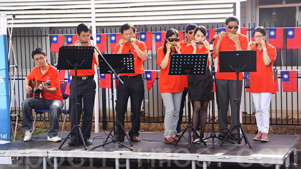 澳亞藝術協會樂團現場演奏《快樂的出航》。(琳達/大紀元)