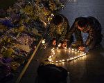 1月1日,上海市民自发到外滩悼念踩踏遇难者。(Kevin Frayer/Getty Images)