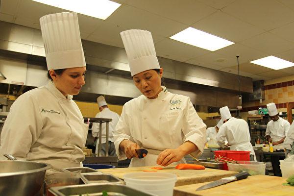 华人教授Shirley Cheng(右)在给学生上课。(摄影:张学慧/大纪元)