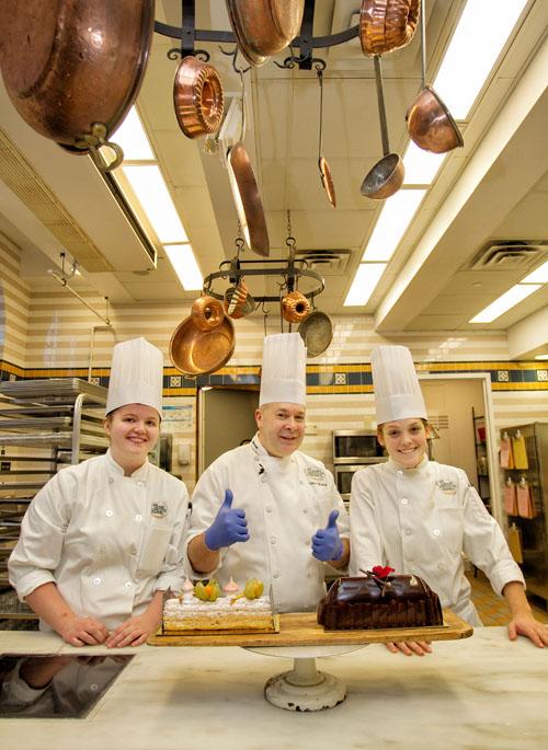 """Apple Pie Bakery Cafe""的教授Gilles Ballay现场制做的两款蛋糕。(摄影:张学慧/大纪元)"