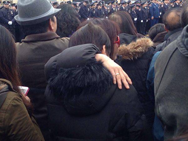 劉文健的父親劉偉堂在愛子葬禮上發言時,數度哽咽。站在殯儀館外通過大屏幕觀看葬禮實況的一些華人也低聲抽泣。(攝影:陳曉天/大紀元)