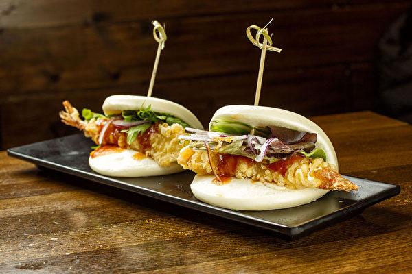 美味Buns,有炸蝦和豬肉兩種選擇(攝影:張學慧/大紀元)