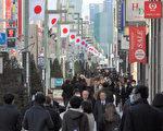 2014岁末日本东京银座街头。日本大型企业称,受惠于低油价及日币贬值,2015年日本经济将出现增长。(TOSHIFUMI KITAMURA/AFP)