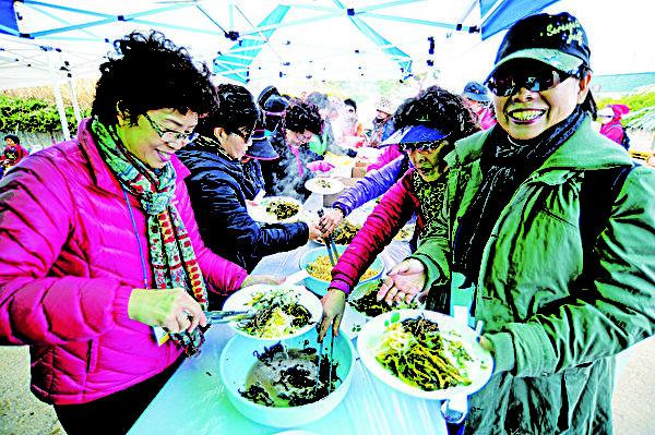 每年在杨口宾治盆地举办的干菜庆典都可以品尝到香喷喷的干菜汤饭、干菜馒头,还有干菜煎饼。(杨口郡观光科提供)