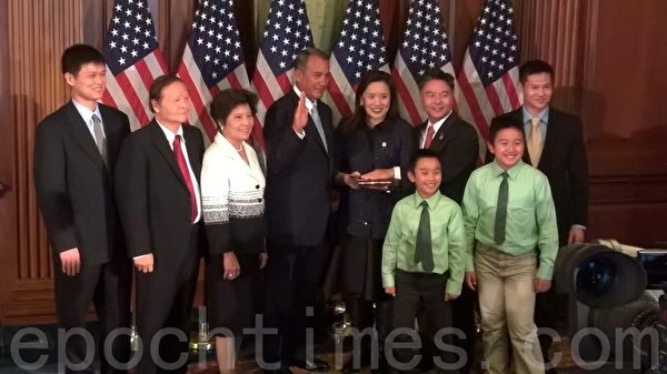 臺灣出生的加州華裔參議員劉雲平(Ted Lieu)當日也與家人一起參加宣誓儀式,他表示感謝亞裔社區支持。(方明/大紀元)