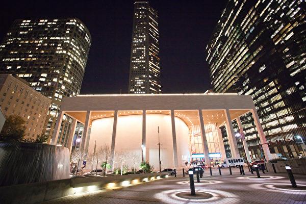 神韵巡回艺术团从12月28日至1月7日在美国德州休斯顿琼斯表演艺术剧院(Jones Hall for the Performing Arts)举行了十二场盛大演出。(陈筱筱/大纪元)