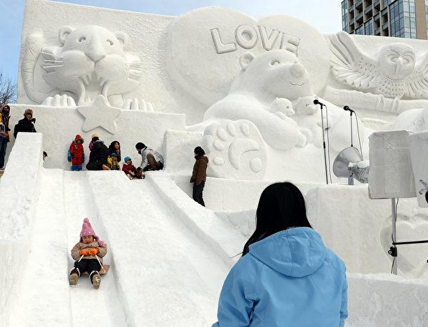 2014年2月5日,日本札幌雪祭冰雕作品旁的溜滑梯。(TOSHIFUMI KITAMURA/AFP)