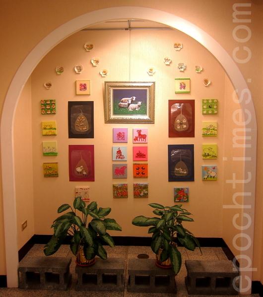中華郵政辦理的「生肖郵票暨書畫展」,展期至2月22日,圖為展場的一隅。(鍾元/大紀元)