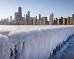 進入週二(1月6日)以來,一股強烈的北極氣流夾帶暴風雪襲擊了美國中西部和東部,全美超過80%的地區出現降雪或低溫天氣,明尼蘇達州的氣溫甚至降至零下45攝氏度的低溫。這種冰凍氣溫還將持續幾日。圖:7日芝加哥的街景。(Getty Image)