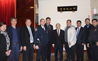 2015年市警五分局的首次警民会议,改在中华公所大纪念堂举行,中华公所属下多家侨团的代表出席,图为部分侨界人士与警员在会后合影。(蔡溶/大纪元)