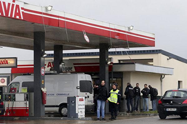 """涉嫌闯入""""查理周刊""""办公室扫射的枪手,据传在法国北部抢劫1个加油站。(FRANCOIS NASCIMBENI/AFP)"""
