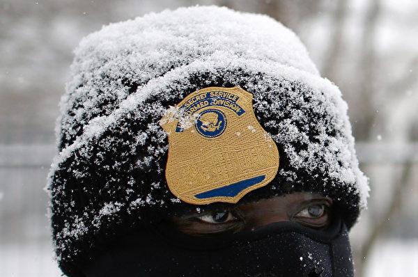 1月6日,美國特勤局的成員,在白宮外值勤時遭遇清晨降雪,雪花覆蓋了帽子。(Win McNamee/Getty Images)