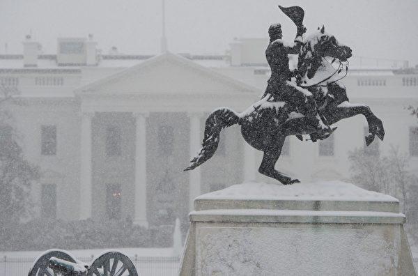 1月6日,在華盛頓特區,雪花落在白宮前面。 (SAUL LOEB/AFP/Getty Images)