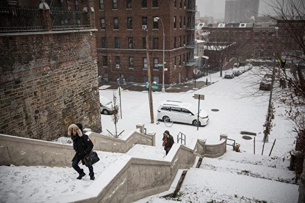 1月6日:在紐約市布朗克斯區的福特漢姆高地附近,雪佈滿了樓梯。(Andrew Burton/Getty Images)