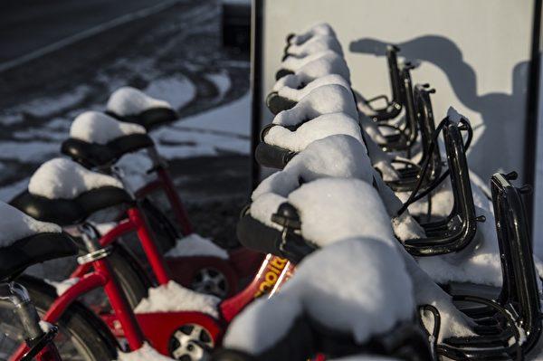 1月6日,在華盛頓特區,這個冬季的第一場雪後,白雪覆蓋了公共自行車。(NICHOLAS KAMM/AFP)