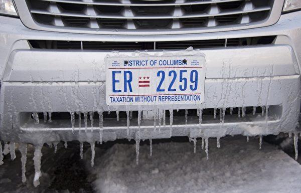 1月6日,在華盛頓特區,這個冬季的第一場雪後,冰柱從汽車前面掛下來。(NICHOLAS KAMM/AFP)
