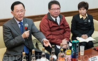 国民党立委丁守中(左)9日举行记者会表示,市面上部分酒品售价低到不合理,他怀疑假、劣酒充斥市场,恐伤害国人健康。(陈柏州/大纪元)