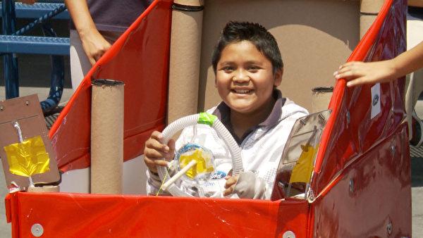 洛杉矶特许学校小学生快乐动手组装四轮车。(张文刚/大纪元)