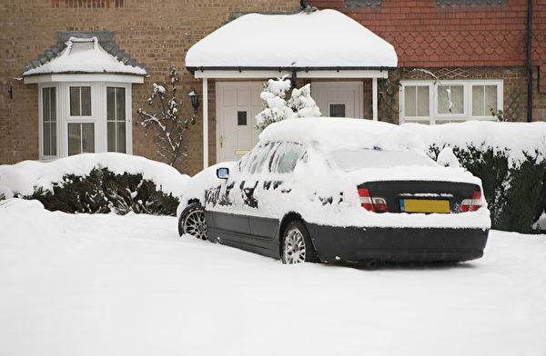下雪的冬季,汽车在室外停放一夜,第二天,爱车上不仅堆积着厚厚的雪,还有难除的冰霜。(Fotolia)