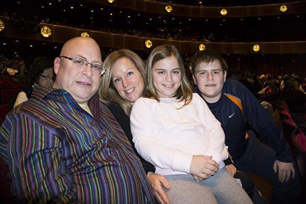 音乐公司制作人Peter Herman先生,2015年1月9日携全家在纽约林肯中心观看神韵晚会。(潘美玲/大纪元)