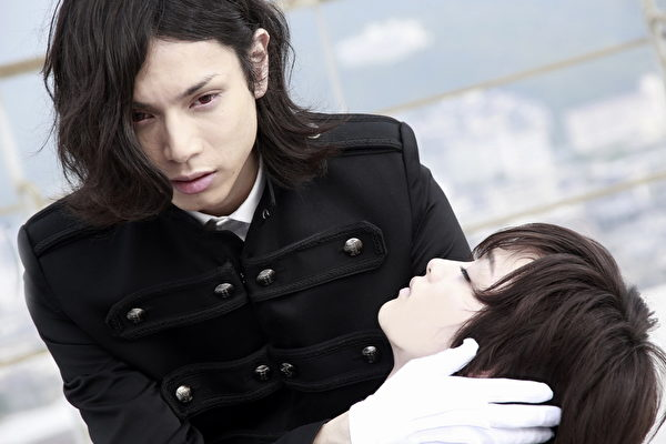 水嶋斐吕(左)在电影首映会上激动落泪,害刚力彩芽(右)跟着哭。(纬来日本台提供)