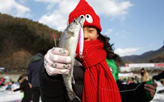 组图:韩国华川郡 体验冰上钓鱼乐