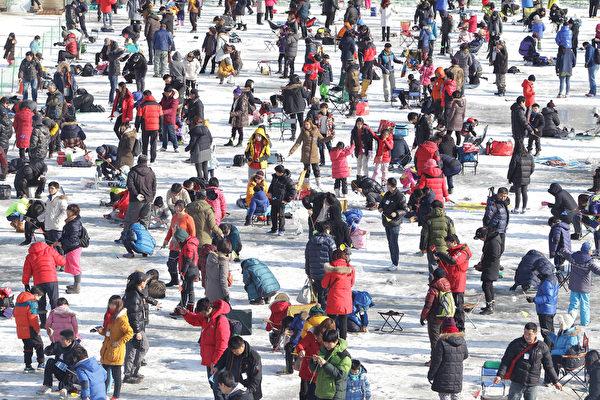 2015年1月10日,韩国华川郡举办华川山川鱼节。图为数千名垂钓者。(Chung Sung-Jun/Getty Images)