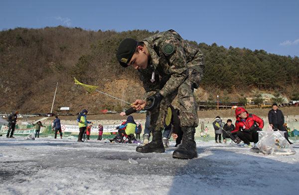 2015年1月10日,韩国华川郡举办华川山川鱼节,游客享受在冰上钓鱼的乐趣。(Chung Sung-Jun/Getty Images)