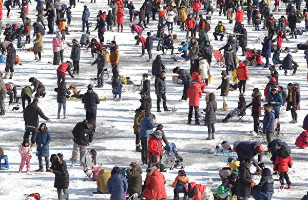 2015年1月10日,韩国华川郡举办华川山川鱼节。图为数千名垂钓者。(JUNG YEON-JE/AFP)